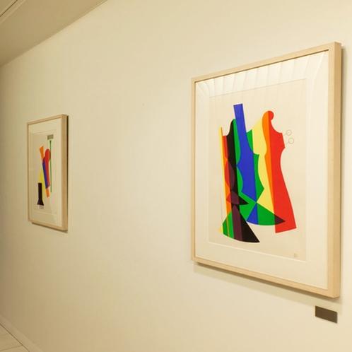 【ロビー】館内にはアート作品が並び、華やかさと落ち着ちを感じる空間でお過ごしいただけます。