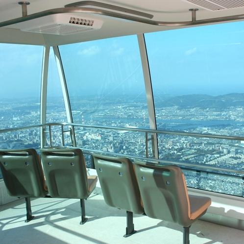 【周辺】皿倉山ケーブルカー/中には椅子もあり、ゆっくりと景色を楽しめます。