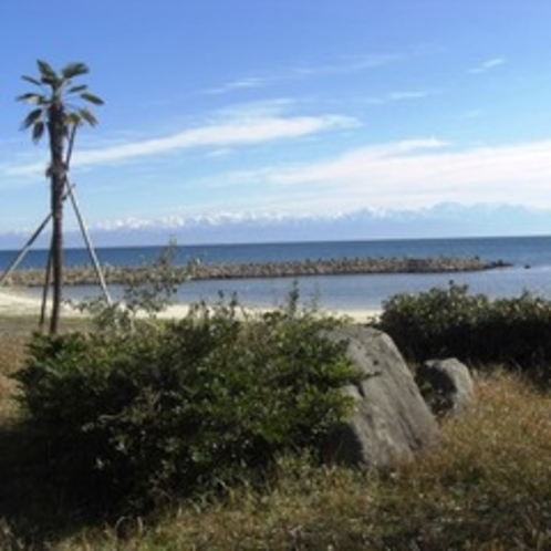 小境海岸では四季を通じ日本海をへだてた立山連峰の大景観がお楽しみいただけます。