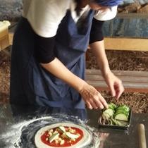 *ピザ作り:自分で収穫した野菜でお好みのピザを作ることができます!