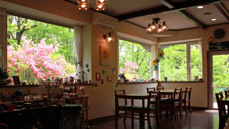 ダイニング_窓から那須の自然を感じられるダイニング。春は満開のつつじが楽しめます