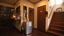 館内_客室は全室2階にあり、共用のトイレが1階にございます。