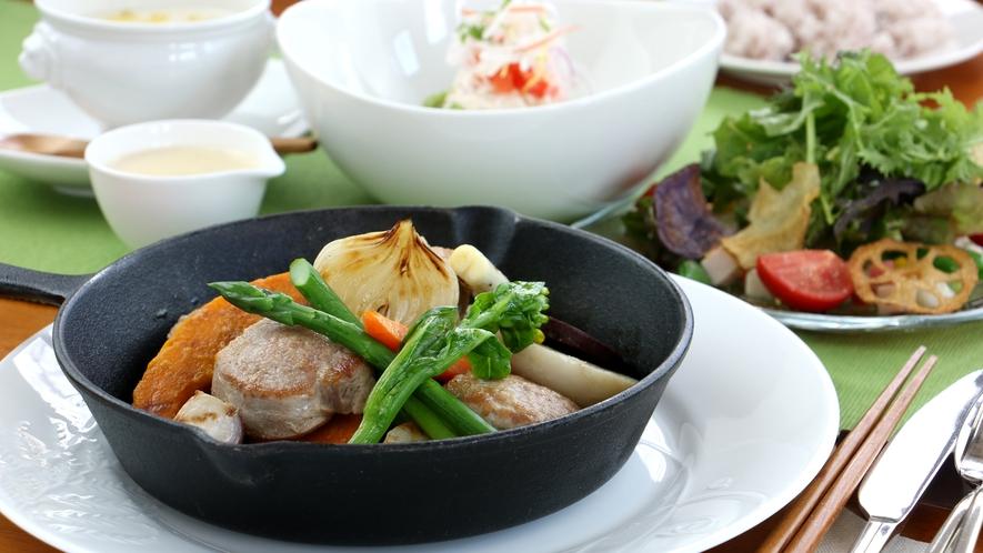 夕食全体_豚ヒレステーキ!自家製のソースと那須高原の野菜とも相性バツグン!