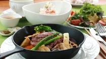 夕食全体_とちぎ牛サーロイン!10品目以上の野菜料理と一緒にお召し上がりを!