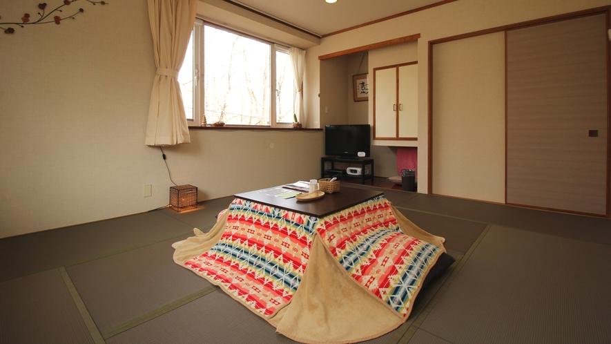 【205】和室_窓から木々に囲まれた風景を眺めることが出来ます!