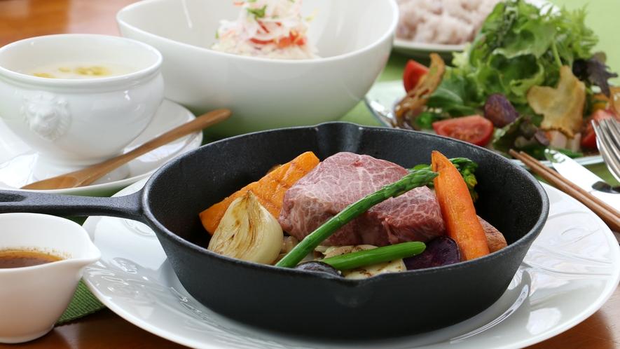 夕食全体_赤身肉ステーキ!那須高原野菜との相性もバツグンなコース料理!