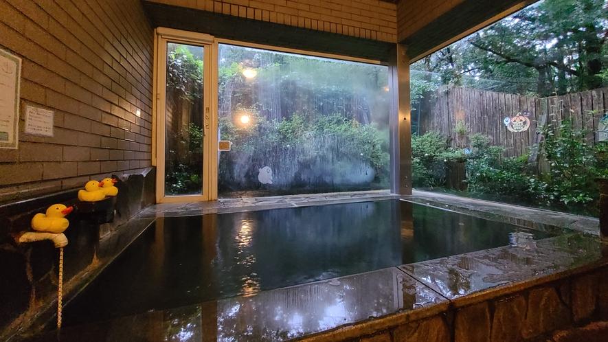 貸切温泉_1組ごと時間制の貸切風呂です!長く湯に浸かって貰う為、少しぬるめの温度にしてあります。