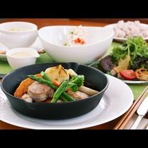 夕食全体_豚ヒレステーキ!自家製のソースと那須高原の野夕食全体_豚ヒレステーキ 菜とも相性バツグン!