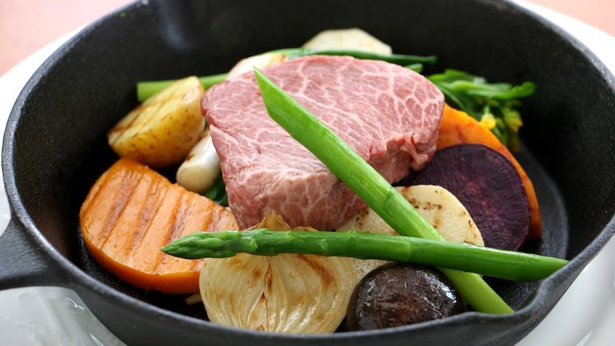 夕食_赤身肉ステーキ!ヘルシーだけど、うまいお肉が食べたい人はこのプランがおすすめ!