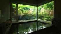 貸切風呂_解放感溢れる大きな窓が特徴的!春にはつつじも♪