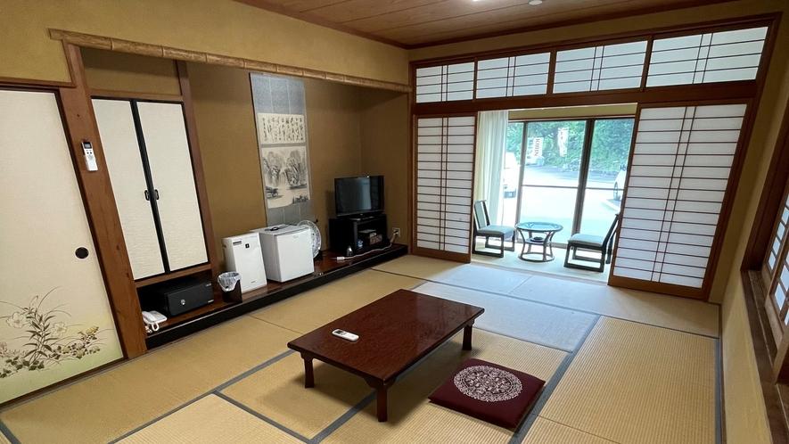 *【客室一例】和室12畳(トイレ無し/喫煙)。旅館ならではの雰囲気をお楽しみください。