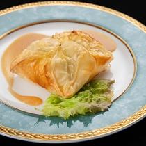 *【夕食一例】創意工夫を凝らした、白身魚が入ったパイ包み焼を是非お楽しみください!