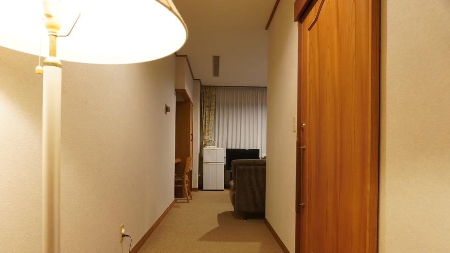 【和洋室】広々としたお部屋。右手が洗面所・バス・トイレ