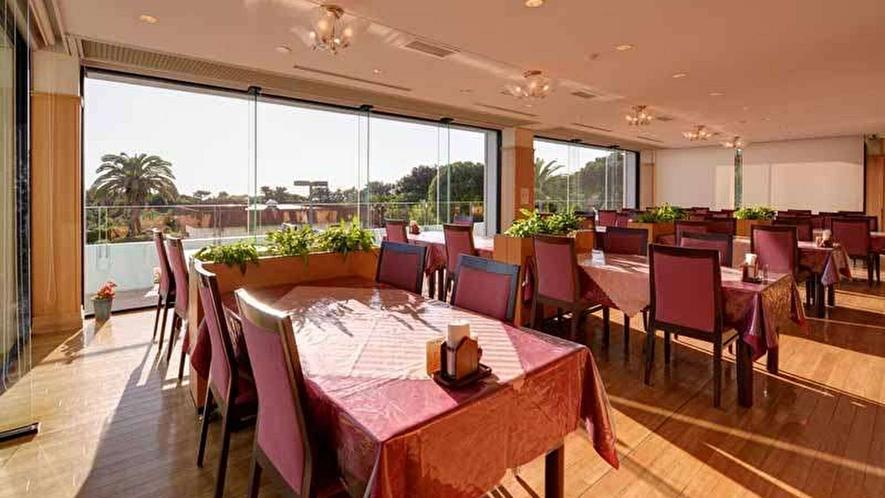 【レストラン】窓から見えるオーシャンビュー