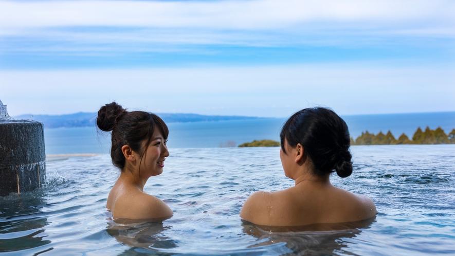 湯に浸かりながら望む富山湾