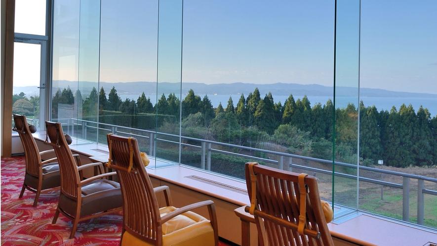 ロビーラウンジから富山湾を眺める