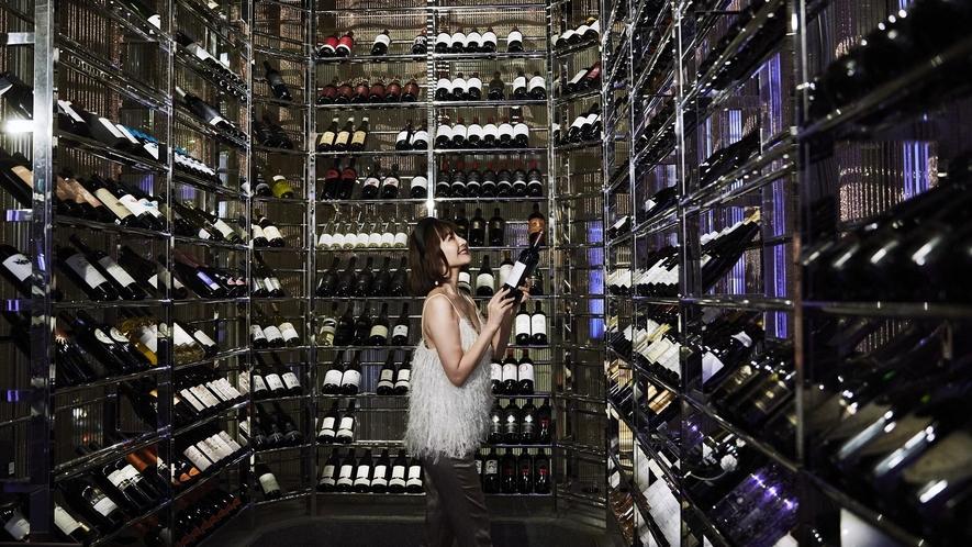 世界各国の希少なヴィンテージから人気のワイナリーのものまでが揃う、「ラ カーヴ」のワインセラー。