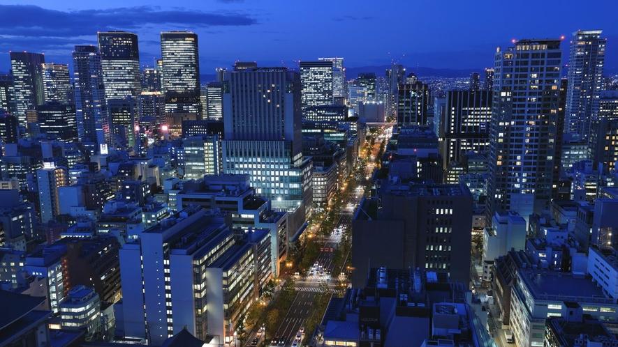 2フロア分ある天井の大きな窓から、大阪市街の夜景をお愉しみください。