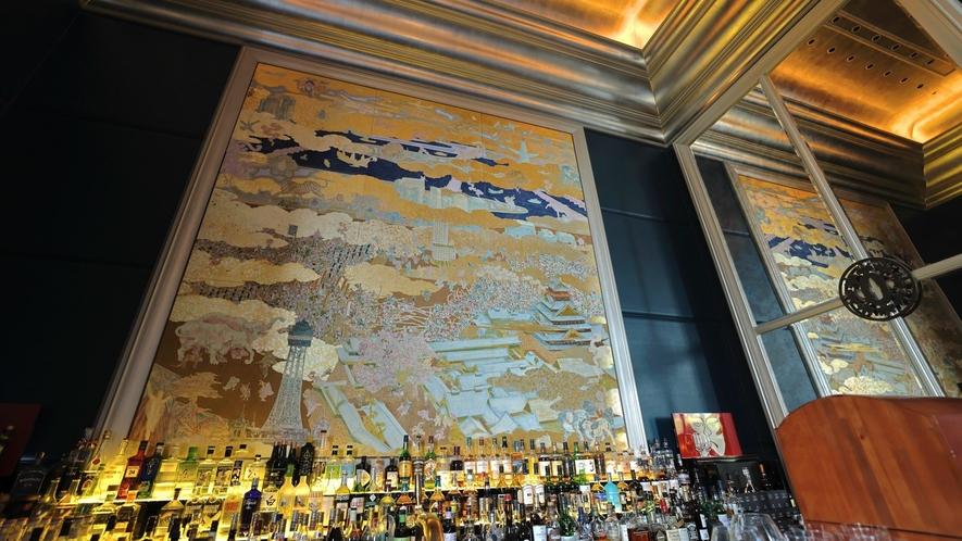 セントレジスバーの正面に飾られている、大阪の過去・現在・未来が描かれた印象的な絵画。