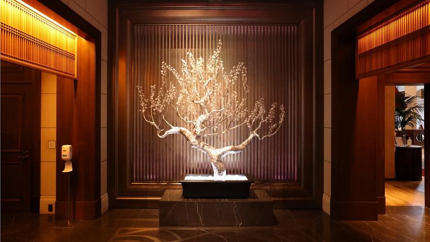 大阪城の梅をモチーフにしたクリスタルツリーが、訪れるゲストを迎える。