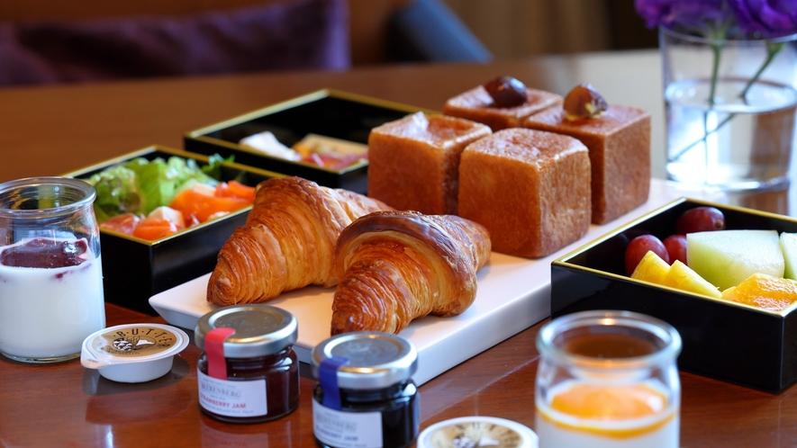 ベーカリーシェフが朝一番で焼き上げる自家製パンは香りも味も格別。