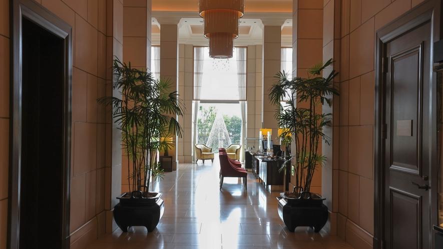 高い天井と大きな窓から差し込む光、白を基調としたフロントロビーは、海外の雰囲気さながら。