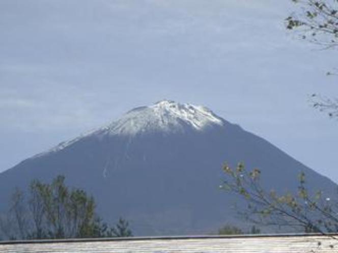 初冠雪まもない富士山