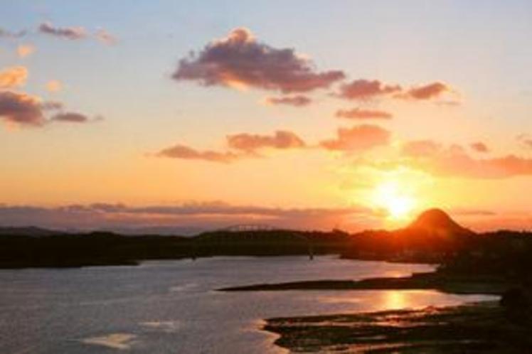 穏やかな海に沈みゆく夕日