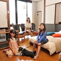 【わんこと泊まれるローベッド洋室】フローリングでお粗相のお手入れも簡単♪