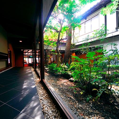 【☆施設☆】趣きのある中庭は、日常から離れた落ち着いた雰囲気