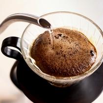 本館1階カンララウンジではハンドドリップのコーヒーや、オリジナルスイーツもご用意しております。