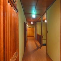 *木造建築ならではの温かみを感じることができる旅館です。