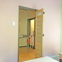 【ユニバーサルデザイン客室】洗面所・お風呂が別々のうれしい仕様になっています。