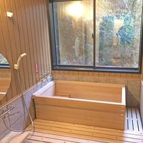 【ユニバーサルデザイン客室】客室でも天然温泉を満喫できます。贅沢なひとときをどうぞ。