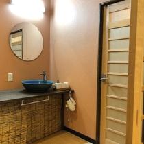 【和室13畳】モダンなトイレと洗面所がついております。