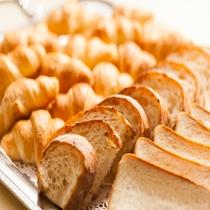 朝食ビュッフェ 美味しいパンもご用意しております。