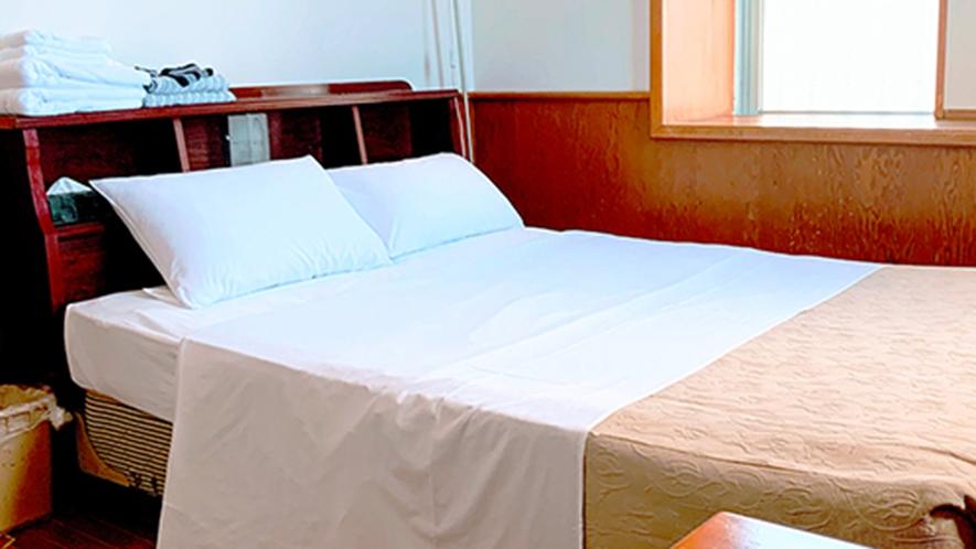・客室/ダブルルーム:ワイド140cmの広々ベッドでお寛ぎいただけます。