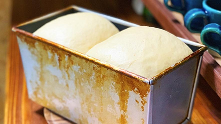 ・日替わり朝食/洋食:朝仕込みの焼きたて黒糖パン(一例)