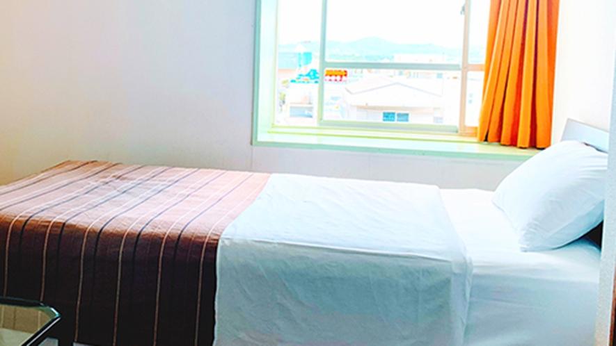 ・客室/シングルルーム:シンプルながらしっかりお寛ぎいただけます。