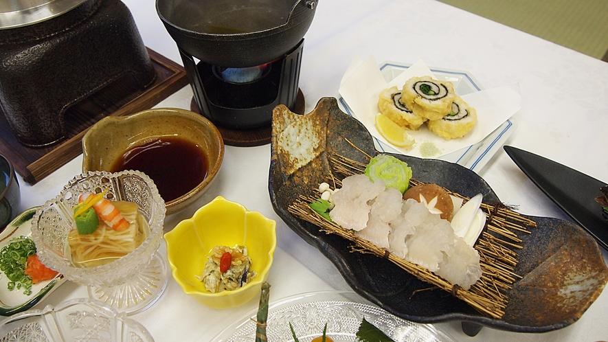 *【料理】夕食一例でございます。地元産の海の幸や山の幸をふんだんに使った会席料理。