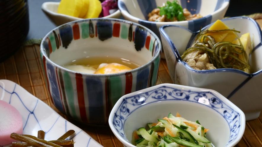朝食◆旬を取り入れた小鉢もどうぞ!