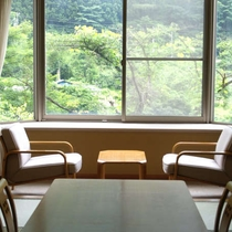 利根川が見渡せる和室は川を眺め山々はまるで絵画のように時間が止まったような静かな景色です。