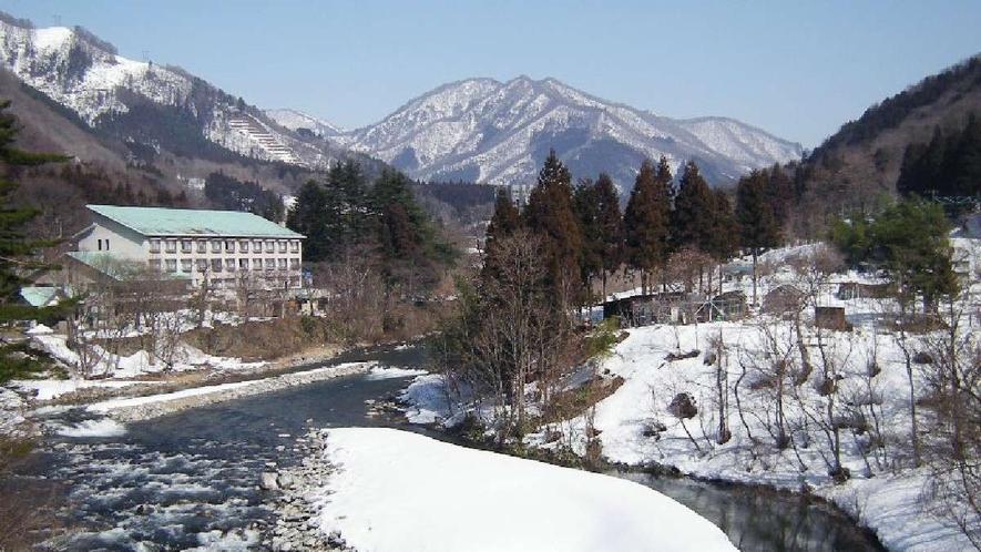 【川向うからの外観(冬)】