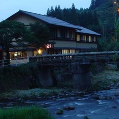 天満橋と外観。薄暮