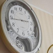 部屋ごとに趣の異なる時計があります♪