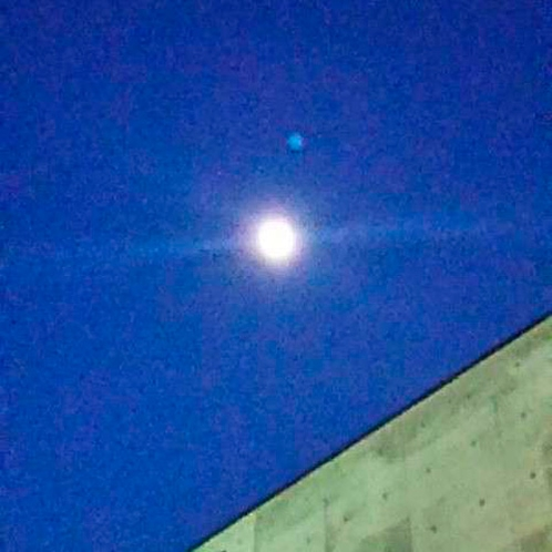 *【周辺景色】ホテルから見上げる月。夜は真っ暗なので月や星が美しく輝いて見えます。