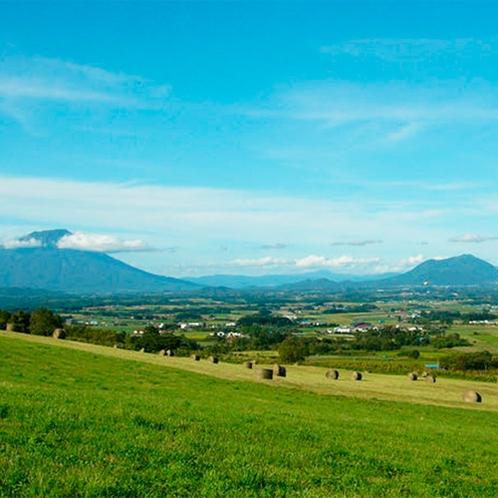 *【周辺景色】ホテルの目の前に広がる牧歌的な風景。北海道ならではの雄大な景色を満喫。