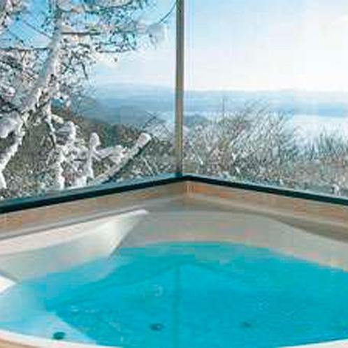 *【デラックスクィーン】温かいバスタブに浸かりながら、冬ならではの絶景を堪能できます。