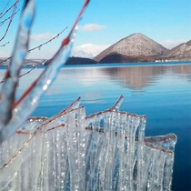 *【洞爺湖】静かな湖が美しい樹氷に囲まれる冬。幻想的な風景を楽しめます。
