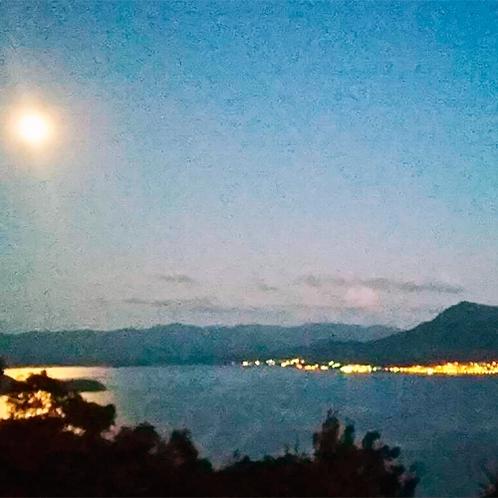 *【客室からの眺め】夜には月明かりの下、ぼんやりと光る温泉街の夜景も見渡せます。